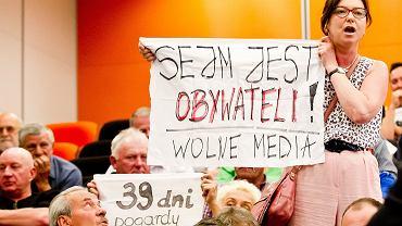 Spotkanie Marka Kuchcińskiego z wyborcami w Sanoku. Na zdjęciu Anna Grad-Mizgała w momencie, gdy próbuje zadać pytanie marszałkowi Sejmu