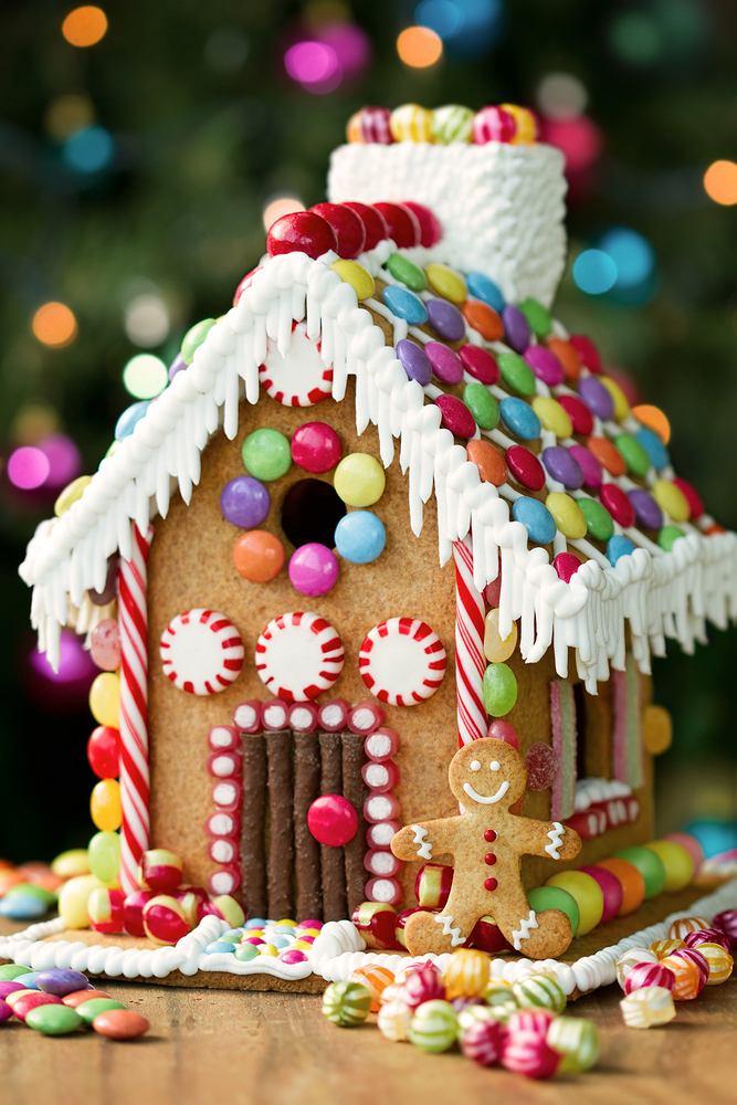 Domek z piernika z cukierkową dekoracją. Zdjęcie ilustracyjne