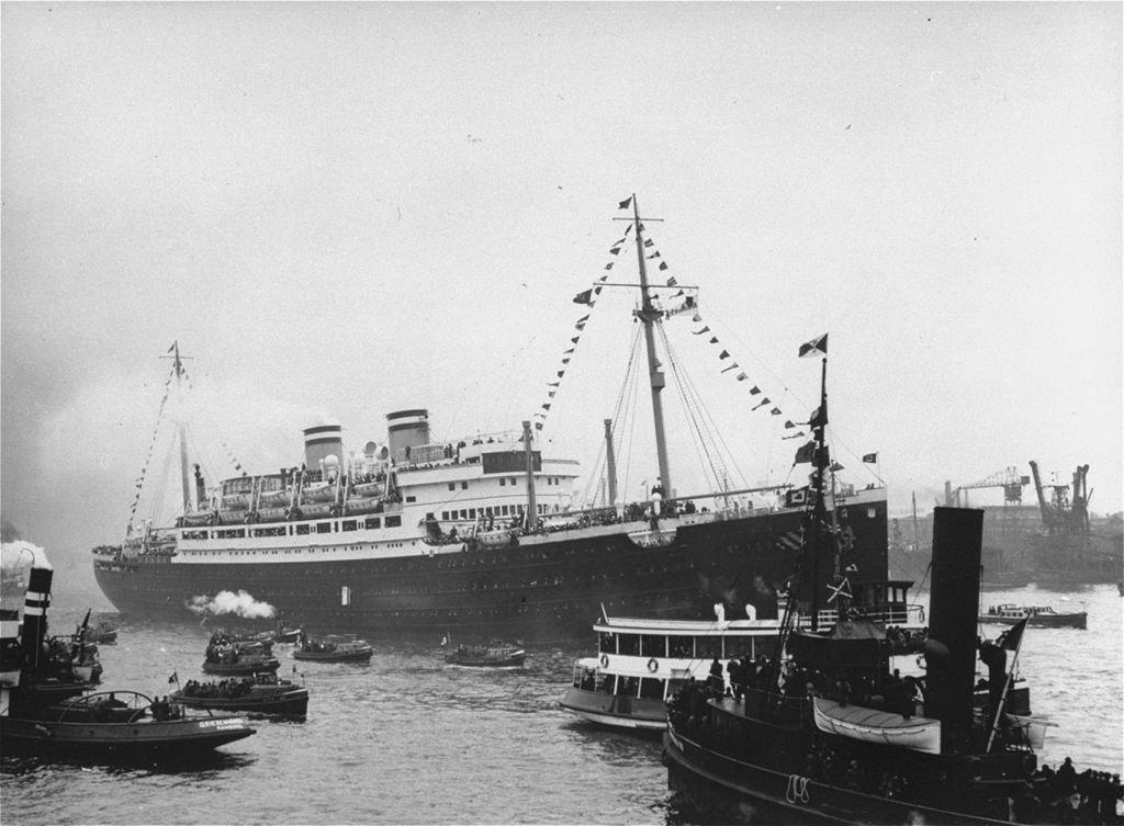 Zwodowany w 1928 r. luksusowy transatlantyk 'St. Louis' firmy żeglugowej Hamburg-America Line pływał na trasie Hamburg - Halifax w Nowej Szkocji, a także do Nowego Jorku oraz Indii. Na zdjęciu: 'St. Louis' u wejścia do portu w Hamburgu, skąd w maju 1939 r. popłynął na Kubę z prawie tysiącem żydowskich uchodźców z Niemiec.