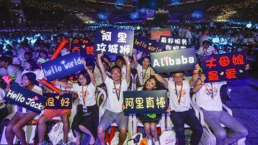 40 tys. pracowników świętowało we wrześniu w mieście Hangzhou 18. urodziny holdingu Alibaba, którego obroty są od dwóch lat większe niż amerykańskich Walmarta, Amazona i eBaya razem wziętych.