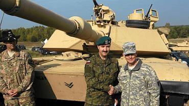 Gen. Janusz Bronowicz i dowódca amerykańskich wojsk lądowych w Europie gen. broni Donald Campbell na poligonie wojskowym w Drawsku Pomorskim, październik 2014 r.