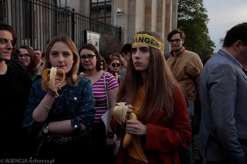 Jedzenie Bananów przed Muzeum Narodowym