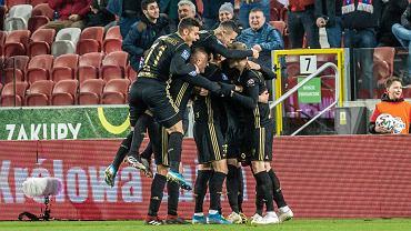 Piłkarze Górnika Zabrze cieszą się z gola podczas meczu z Cracovią. Dziś trudno powiedzieć kiedy znowu będą mieli taką możliwość