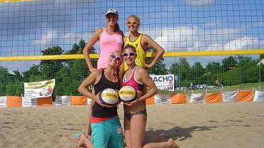 Jagoda Gruszczyńska (stoi po prawej) i Maria Włoch (klęczy po lewej) grają w turnieju World Tour w Durbanie
