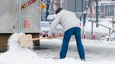 Białystok. Odśnieżanie ulic i chodników  po opadach śniegu