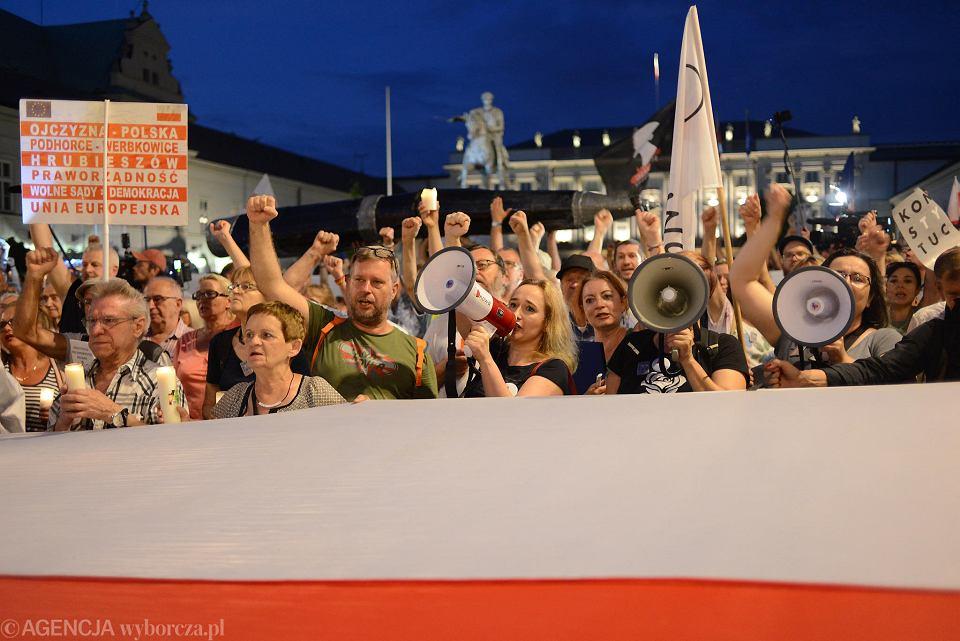Demonstranci przed Pałacem prezydenckim. Andrzej Duda podpisał piątą nowelizację pisowskiej ustawy pozwalającej przejąc Sąd Najwyższy. Warszawa, 26 lipca 2018