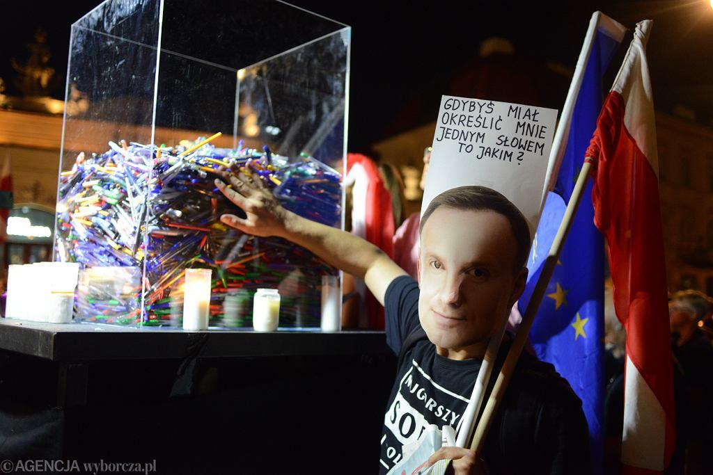 Protest przed Pałacem Prezydenckim. Andrzej Duda podpisał ustawę o Sądzie Najwyższym