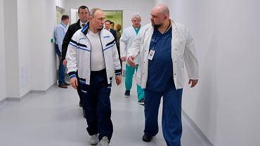 Władimir Putin podczas wizyty w szpitalu zakaźnym w towarzystwie doktora Denisa Procenki