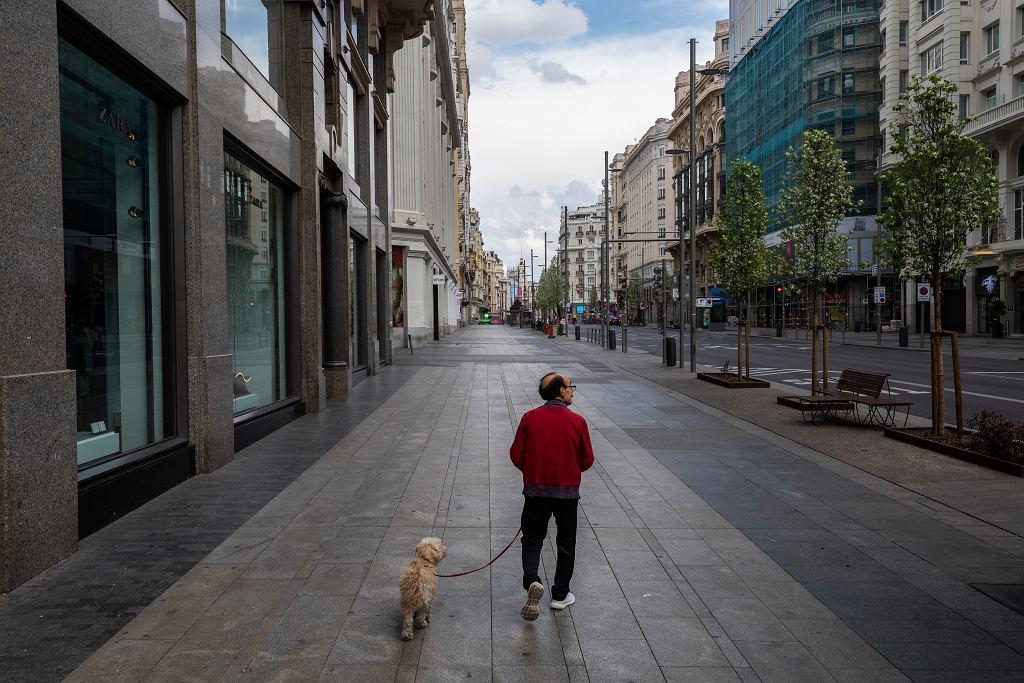 Spacer z psem podczas epidemii koronawirusa w Hiszpanii.