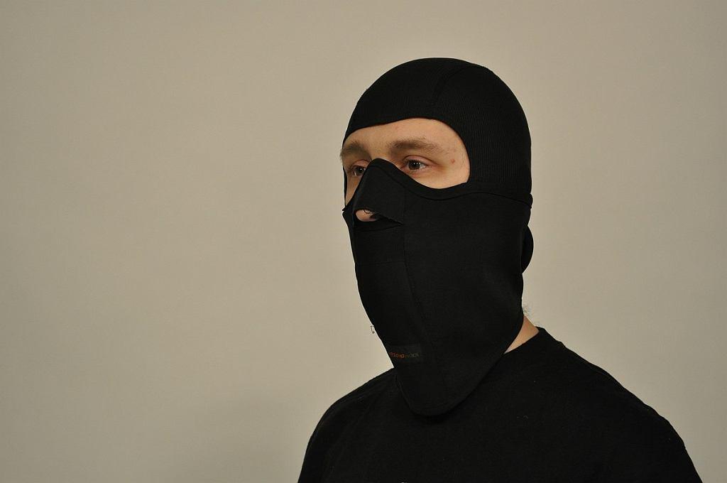 Kominiarka z maską na twarz zakrywa większość powierzchni głowy i nadaje się na najbardziej ekstremalne warunki pogodowe.