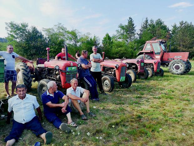 Zawodnicy na starcie I Międzynarodowych Wyścigów Traktorów w miejscowości Gornja Jajina w Serbii.