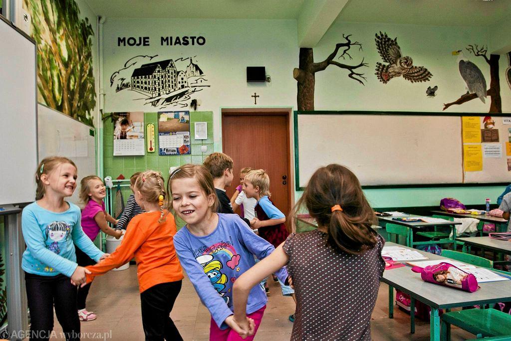 Zespół Szkół Nr 26. Sześciolatki z klasy 1 F podczas zabawy na lekcji.