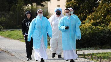 Siostry zakonne Wielki Poniedziałek poświęciły szkoleniu. Pod okiem ratowników medycznych skoszarowanych w DPS uczą się, jak działać podczas epidemii.
