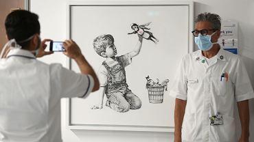 Obraz Banksy'ego sprzedany za rekordową kwotę. Zostanie ona przekazana dla brytyjskiej służby zdrowia