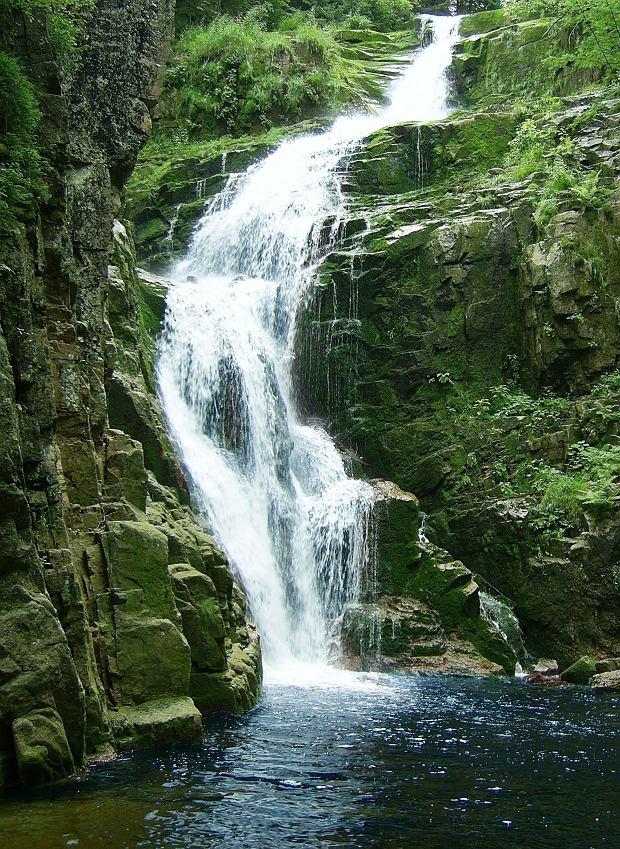Szklarska Poręba - Wodospad Kamieńczyka. Najwyższy wodospad Karkonoszy znajduje się jakieś 30 minut od centrum Szklarskiej Poręby. Idzie się do niego łatwym, leśnym szlakiem turystycznym. Z wysokości ponad 800 metrów n.p.m. kaskada wpada do Wąwozu Kamieńczyka.