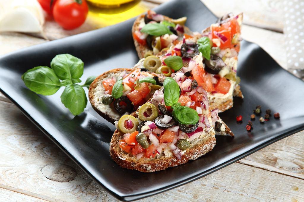 Pełnoziarniste kanapki z pomidorową salsą z oliwkami i bazylią