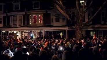 Tłum kolędników zgromadzony pod domem ośmioletniej Laney