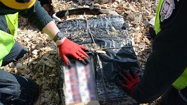 Funkcjonariusze Krajowej Administracji Skarbowej (KAS) z kolejowego przejścia granicznego w Siemianówce udaremnili przemyt 7 tys. paczek papierosów. Kontrabanda ukryta była w jednym z wagonów pociągu towarowego wjeżdżającego z Białorusi do Polski