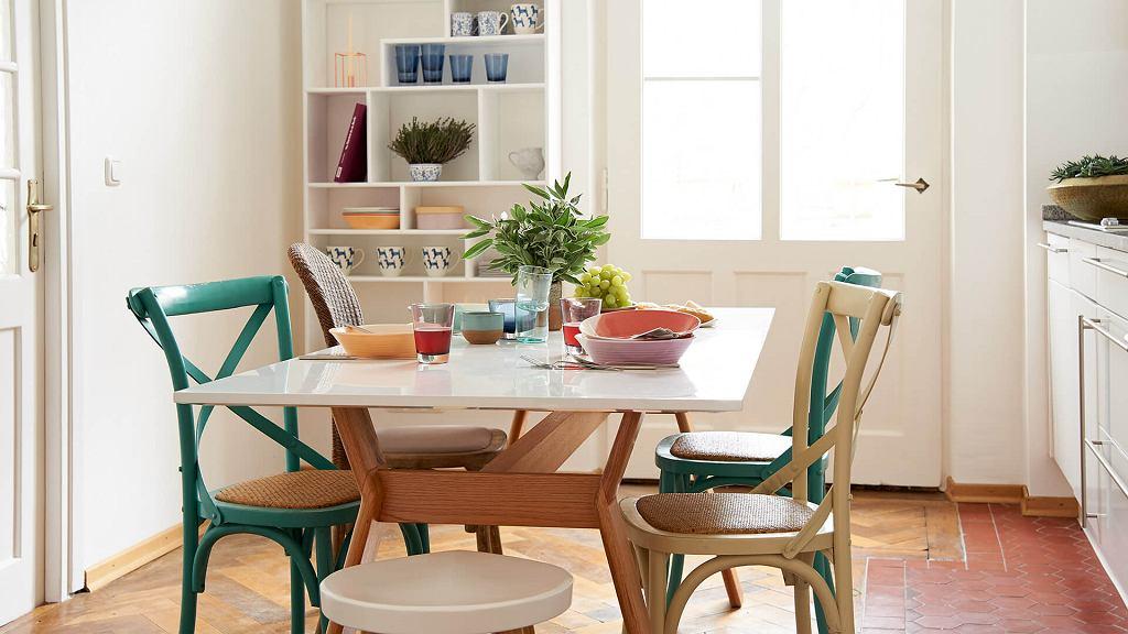 Kolorowe krzesła do kuchni - modny trend, który ożywia wnętrze