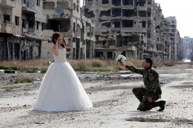 Zdjęcie numer 0 w galerii - Niezwykła sesja ślubna wśród ruin. Państwo młodzi pokazują, że życie jest silniejsze od śmierci