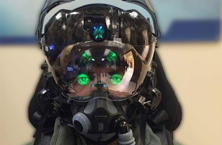 Hełm izraelskiego pilota F-35. Widać zieloną poświatę, która może oślepiać w pewnych warunkach