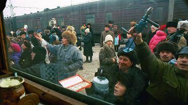 Kirow, 917. kilometr kolei transsyberyjskiej. Rosjanie handlujący na dworcu, czym się da, dwa lata po rozwiązaniu ZSRR