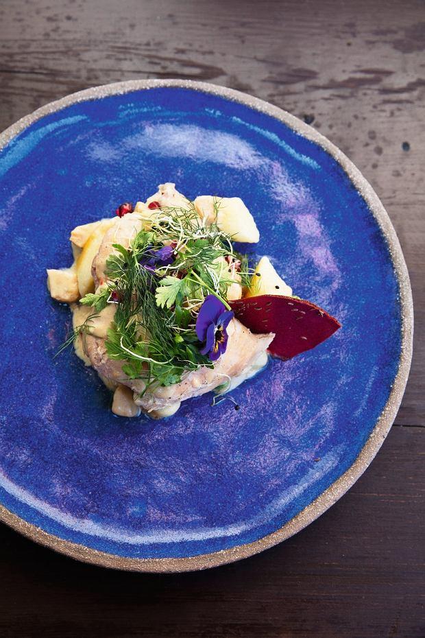 Duszony Królik  - przepis na tego królika nawiązuje do XIX-wiecznej kuchni polskiej opisanej przez Jana Szyttlera. Mięso podawane jest zkopytkami izielonym groszkiem oraz aksamitnym sosem zbiałych warzyw (pietruszka, pasternak iseler) na francuskim winie.