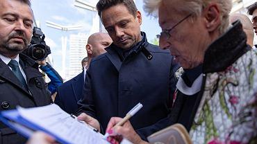 Warszawa, Pasaż Wiecha. Rafał Trzskowski, kandydat Koalicji Obywatelskiej, podczas zbierania podpisów pod swoją kandydaturą