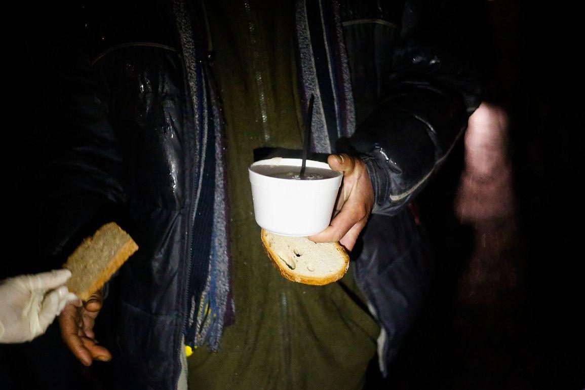 09.12.2018 Krakow , Planty . Akcja Zupa na Plantach , dzielenie sie zupa z bezdomnymi . Fot. Adrianna Bochenek / Agencja Gazeta