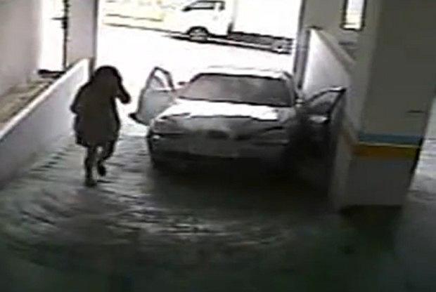 Kobiece próby zaparkowania auta nie zawsze kończą się sukcesem