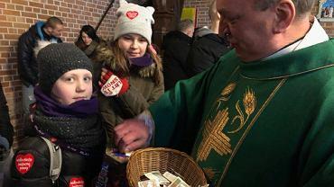 Ksiądz Kazimierz Klaban oddał tace na WOŚP