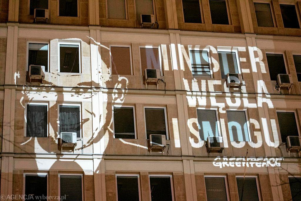 Na ścianie budynku Ministerstwa Energii społecznicy z Greenpeace wyświetlili twarz szefa resortu Krzysztofa Tchórzewskiego i napis 'Minister Węgla i Smogu'.