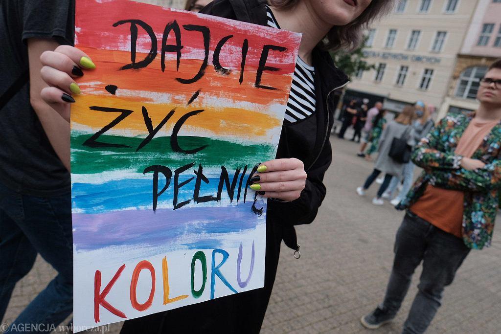 'Protest przeciwko karcie nienawiści' na pl. Wolności w Poznaniu. Młodzi wspierają społeczność LGBT+