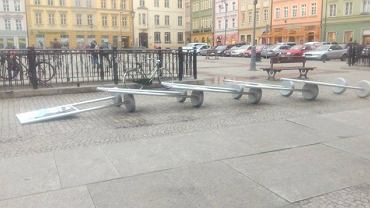 Wiatr poprzewracał plansze plenerowej wystawy na placu Solnym