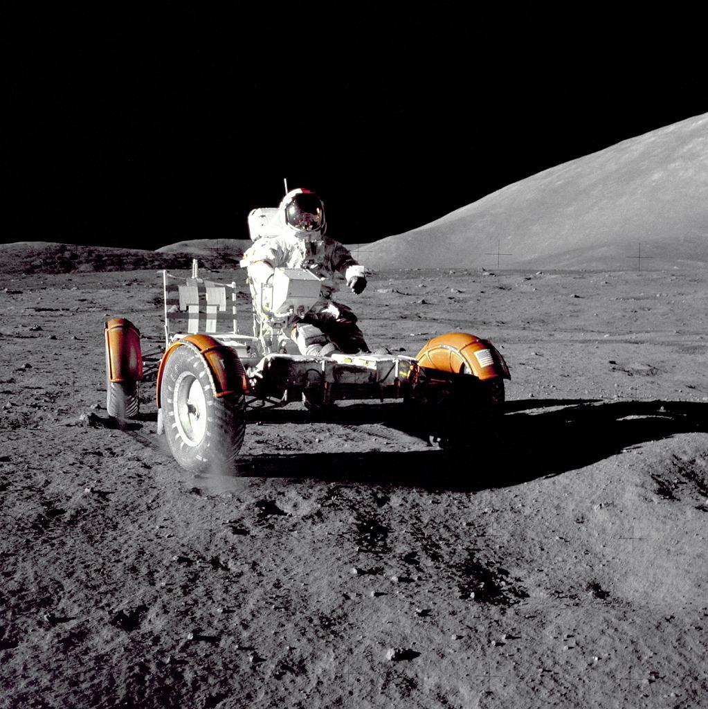 Dowódca misji Apollo 17, Eugene A. Cernan dokonuje sprawdzenia LRV niedługo po lądowaniu