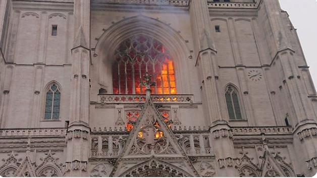 Pożar katedry w Nantes