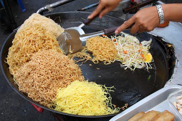 Smażony makaron z dodatkami (pad thai) to klasyka ulicznego tajskiego jedzenia
