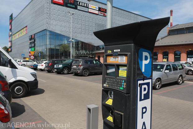Parking przed centrum handlowym Ferio, Wawer w Warszawie