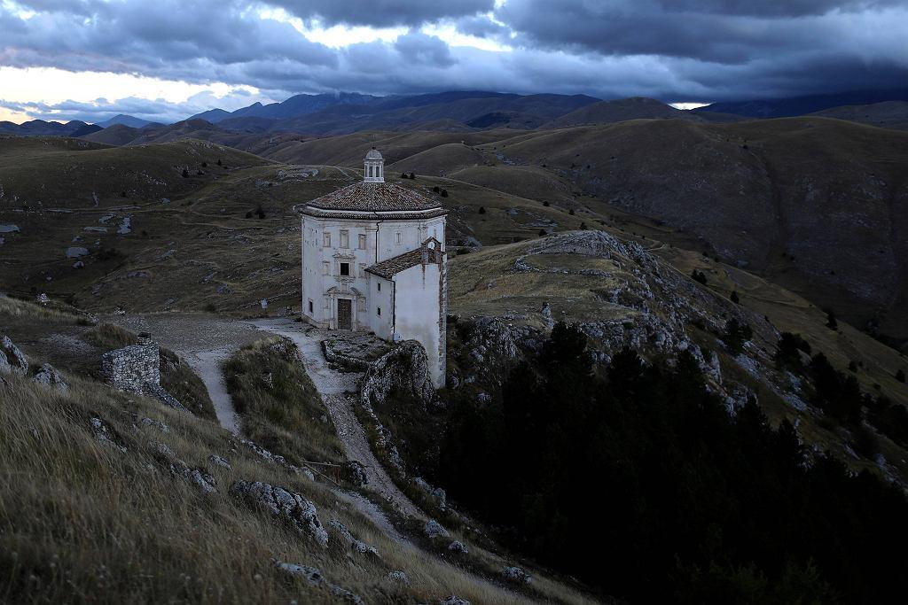 <b>O historii tej maleńkiej wsi przypomniał fotograf Siegfried Modola, który trafił do niej podróżując po Włoszech podczas niedawnych trzęsień ziemi. Ku jego zdziwieniu, średniowieczna wioska przetrwała kataklizm niemal bez szwanku.</b><br><br>Santo Stefano di Sessanio to niewielka miejscowość w środkowych Włoszech. Jej centralną część stanowi skupisko starych domów zbudowanych z kamienia.