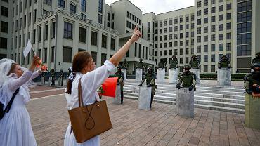 14.08.2020, Mińsk, żołnierze pilnujący rządowych budynków opuścili tarcze.