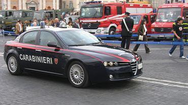 Włochy: napastnik zabarykadował się na poczcie. Ma zakładników