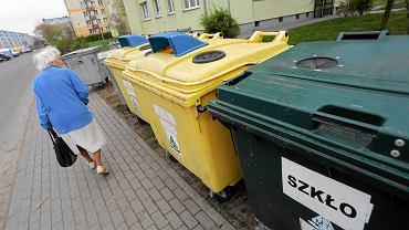 Pojemniki na śmieci nie są osłonięte, stoją bezpośrednio przy chodniku