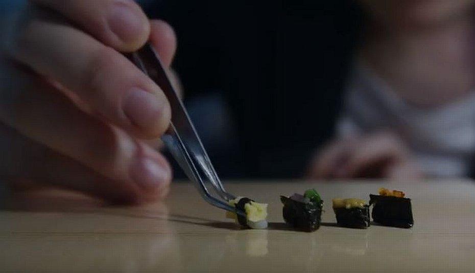 Jedno z zadań kandydatów na chirurga polega na złożeniu miniaturowego sushi.