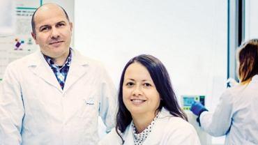 Prof. Jacek Jemielity z Centrum Nowych Technologii UW i dr Joanna Kowalska z Wydziału Fizyki UW