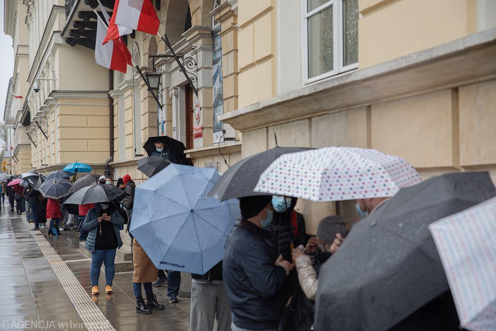 Kolejka do szczepienia w Warszawie. 02.05.2021 r.