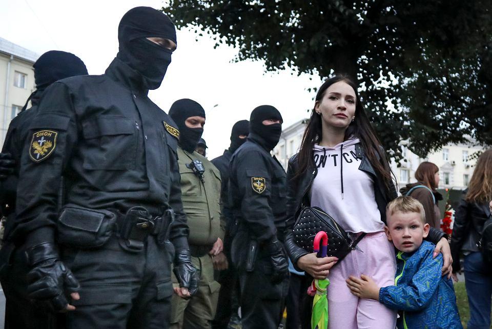 Funkcjonariusze OMON-u znów wleką demonstrantów do radiowozów i ciągle pozostają bezkarni.Na zdjęciu interwencja służb podczas wiecu poparcia dla zatrzymanej przez władze opozycjonistki Marii Kalesnikawej