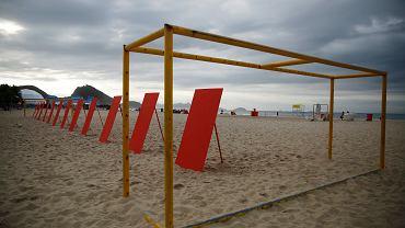 Organizacja Rio de Paz po raz kolejny zaprotestowała na plaży Copacabana w Brazylii. Wcześniej do protestów użyła krzyży i oficjalnych piłkę mundialu. Dziś poustawiali na plaży czerwone kartki dla organizatorów turnieju.