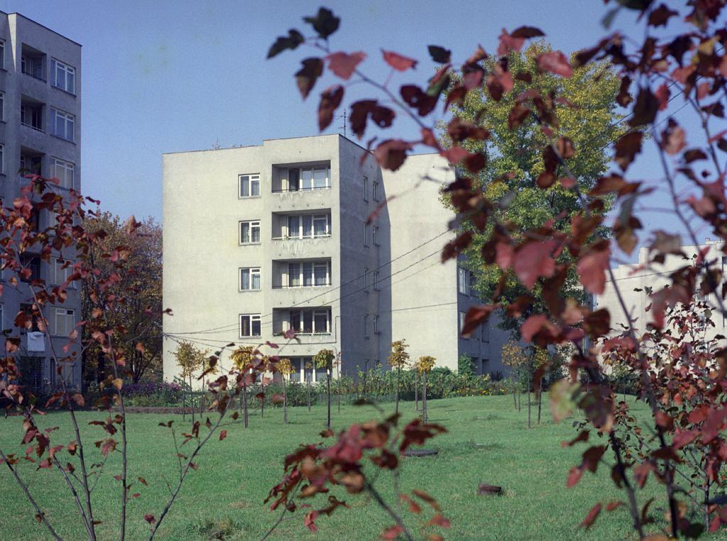 Warszawa, 1977 r. Osiedle Szwoleżerów, przykład architektury powojennego modernizmu. Budowane w latach 1972-74 według projektu architektki Haliny Skibniewskiej. W 1974 r. otrzymało tytuł Mistera Warszawy