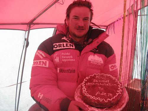Adam Bielecki świętuje zdobycie K2