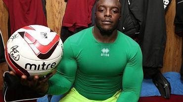 Lepiej nie sprawdzajcie jak <b>Adebayo Akinfewa</b> wygląda dziś, bo po imponującej muskulaturze 33-letniego napastnika niemal nie ma dzisiaj śladu. No, ślady są, ale raczej mało efektowne...